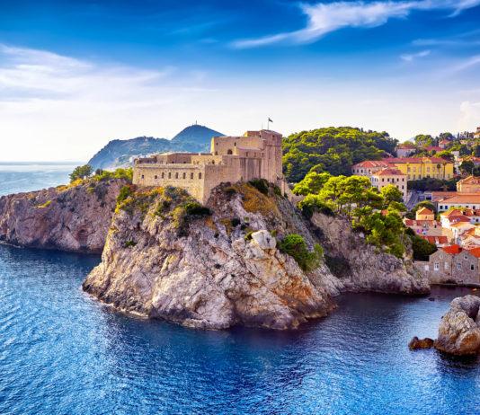 Von der Festung Lovrijenac tut sich ein fantastischer Ausblick über das rote Dächermeer von Dubrovnik und die tiefblaue Adria auf, Kroatien - © Ihor Pasternak / Shutterstock