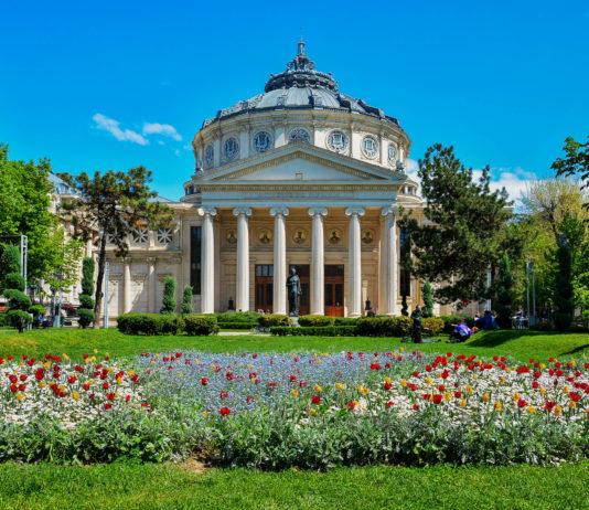 Das Athenäum wird oft als schönstes Gebäude in Bukarest bezeichnet und erinnert an einen griechischen Tempel, Rumänien - © ELEPHOTOS / Shutterstock