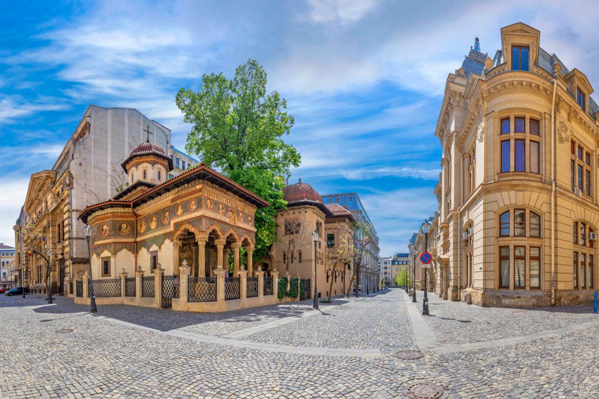Das rumänisch-orthodoxe Kloster Stavropoleos im historischen Teil von Bukarest zählt zu den wichtigsten Architekturdenkmälern der Stadt, Rumänien - © stoimilov / Shutterstock