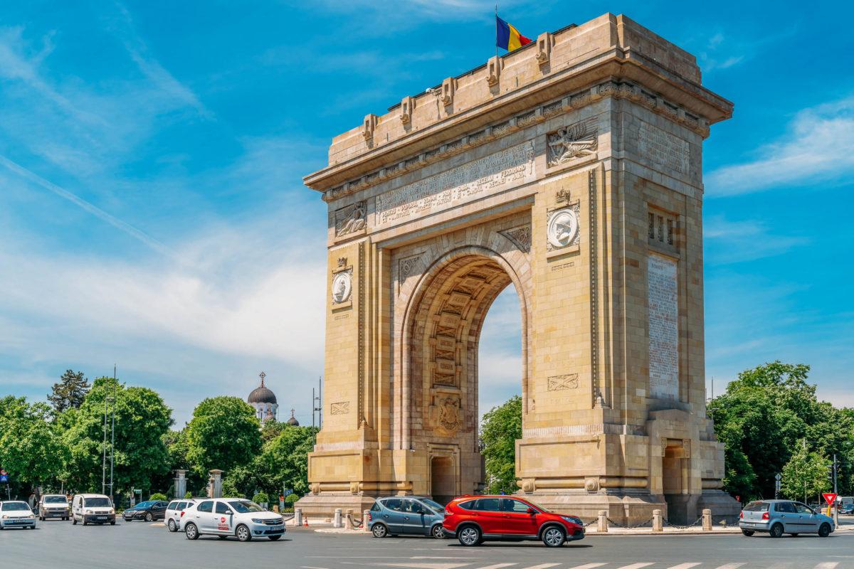 Der Arcul de Triumf, der rumänische Triumphbogen, wurde 1878 fertiggestellt und erinnert an die Wiedervereinigung Rumäniens im Jahr 1918 - © Radu Bercan / Shutterstock