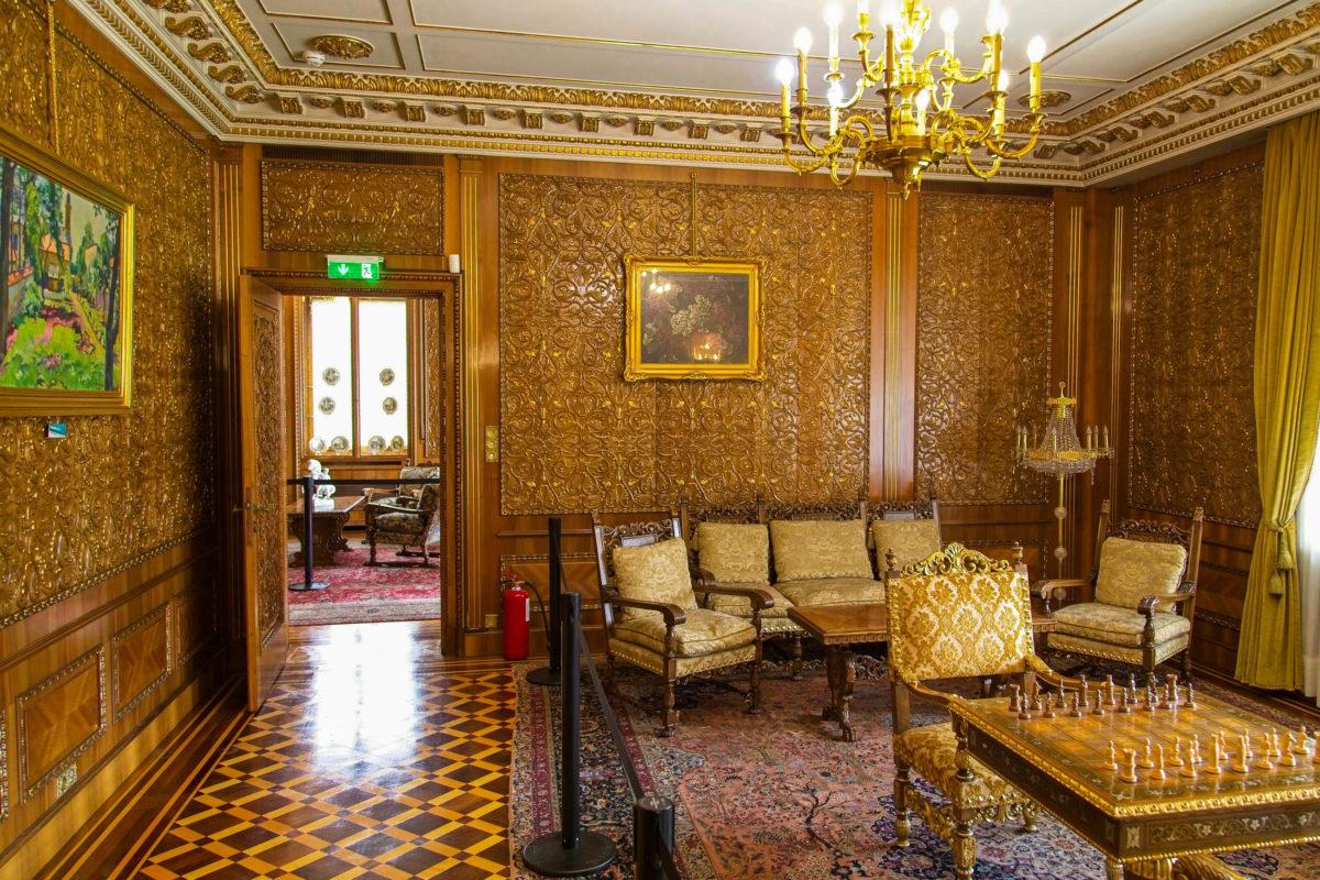 Nahezu 20 Jahre wohnte der rumänische Präsident mit seiner Frau Elena und seinen drei Kindern in der Villa Ceausescu, die heute als Museum fungiert, Bukarest, Rumänien - © Kevin Tietz / Shutterstock