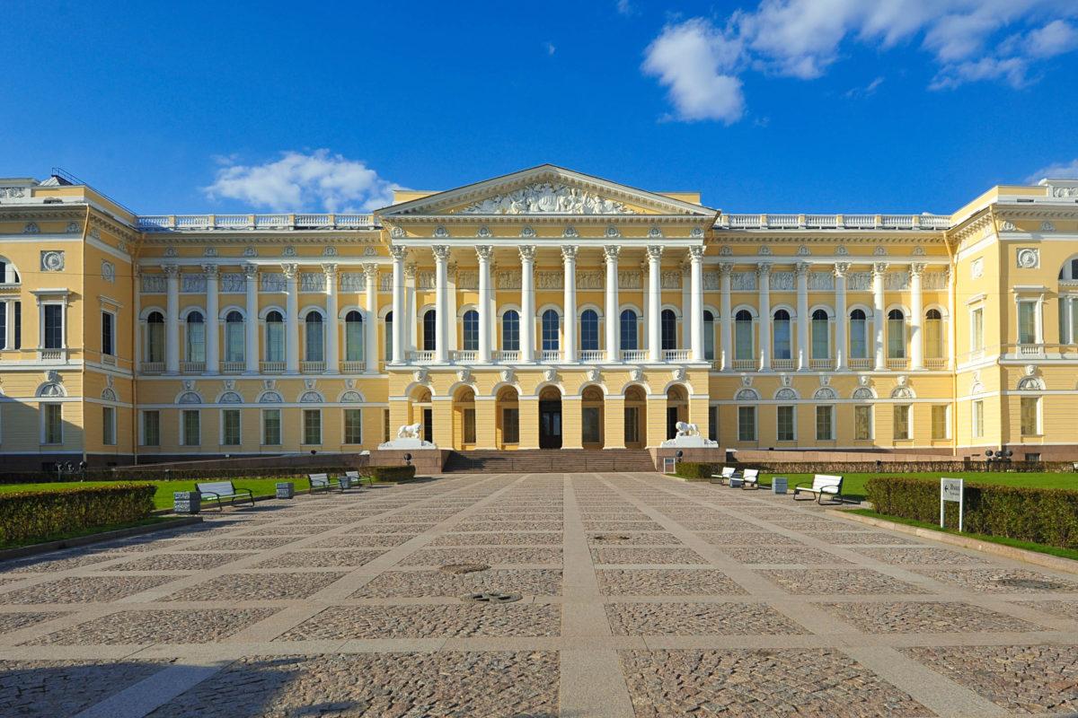 Das Russische Museum in St. Petersburg befindet sich im Michailowski-Palast aus dem frühen 19. Jahrhundert, Russland - © forden / Shutterstock
