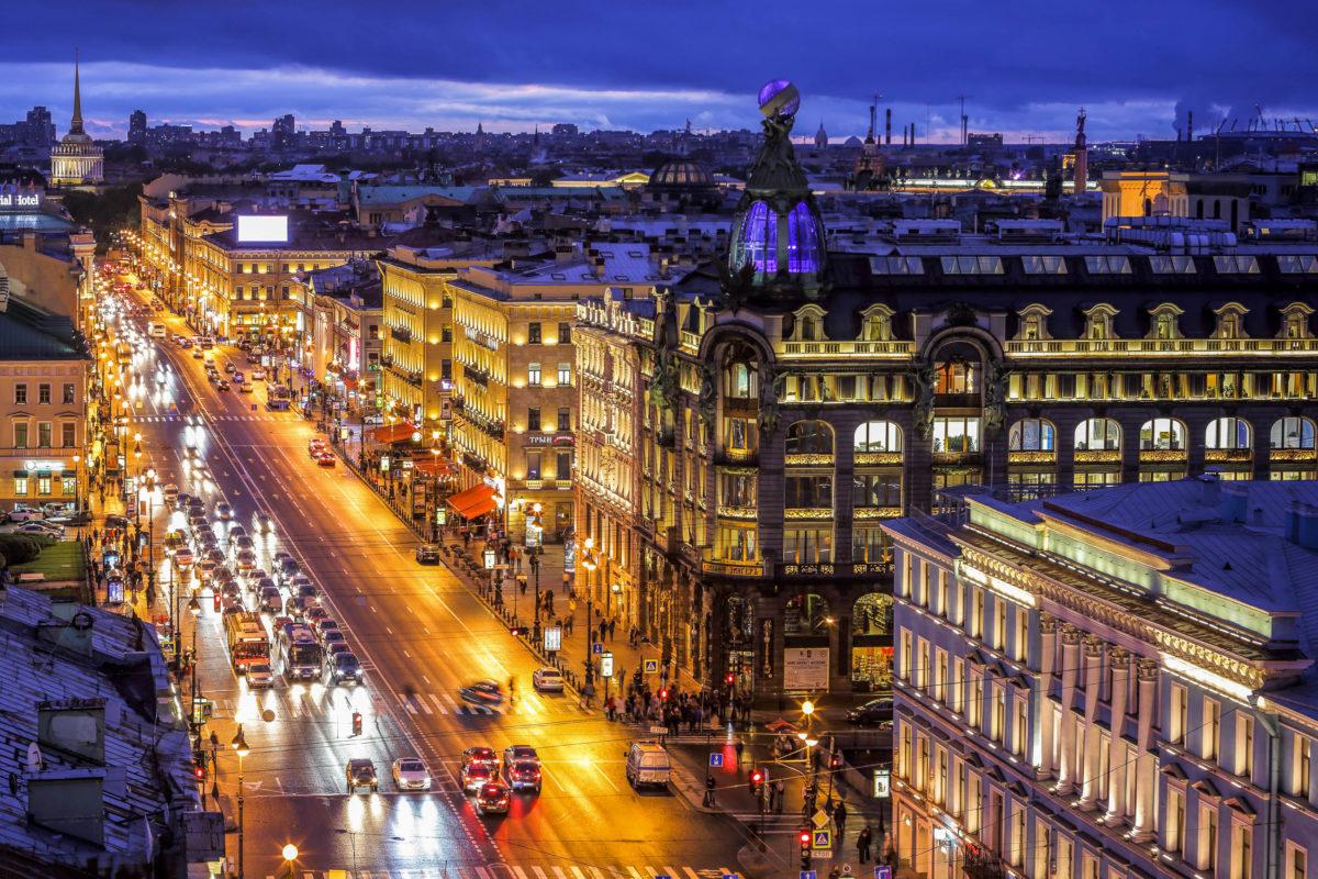Der Newski Prospekt führt durch das historische Stadtzentrum von St. Petersburg und wird von einer Vielzahl an Sehenswürdigkeiten gesäumt, Russland - © Sergey_Bogomyako / Shutterstock