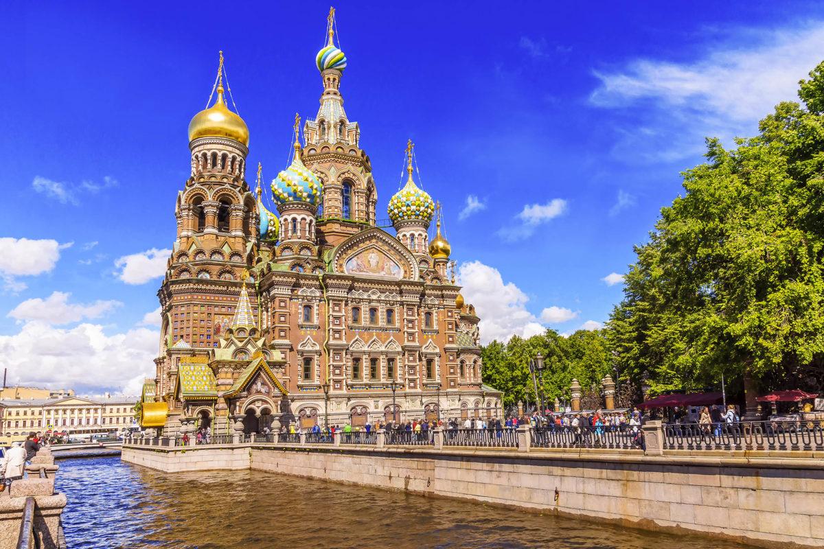 Die Auferstehungskirche in St. Petersburg erinnert an das Attentat auf Kaiser Alexander II., welches ihm 1881 das Leben kostete, Russland - © dimbar76 / Shutterstock