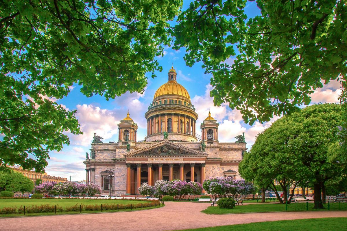 Die gewaltige Isaacs-Kathedrale ist die größte Kirche von St. Petersburg, Russland - © FOTOGRIN / Shutterstock