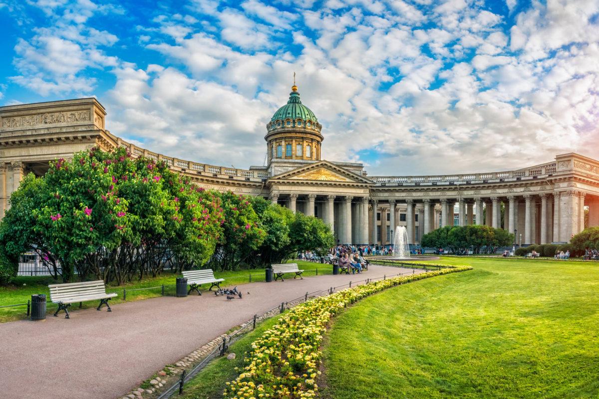 Die prächtige Kasaner Kathedrale zählt zu den auffälligsten Sehenswürdigkeiten von St. Petersburg, Russland - © Baturina Yuliya / Shutterstock