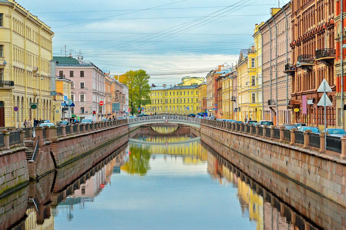 Eine der berühmtesten Wasserstraßen von St. Petersburg ist der Gribojedow-Kanal, er wurde 1739 als einer der drei Hauptkanäle angelegt, Russland - © Tatiana Volgutova / Shutterstock