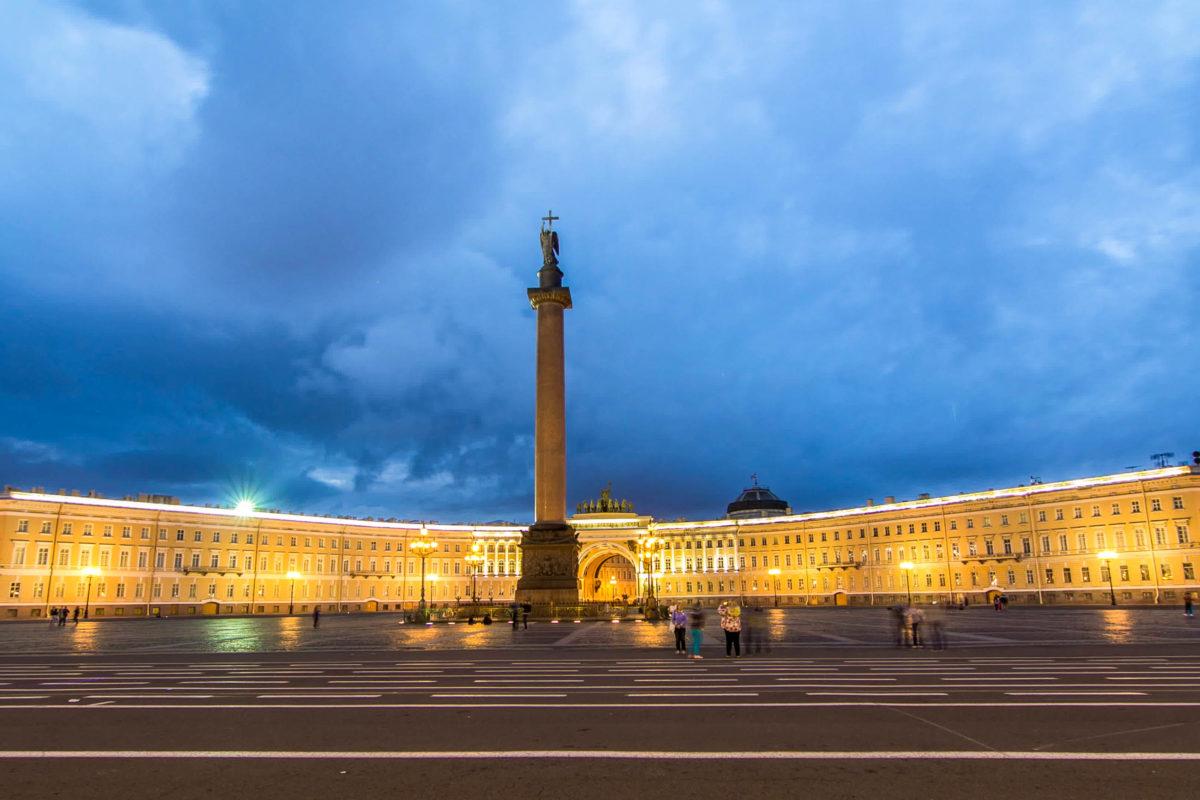 Vor der Eremitage liegt der beeindruckende Palastplatz von St. Petersburg, In seiner Mitte thront die 47 Meter hohe Alexandersäule aus rotem Granit, Russland - © Kirill Neiezhmakov / Shutterstock