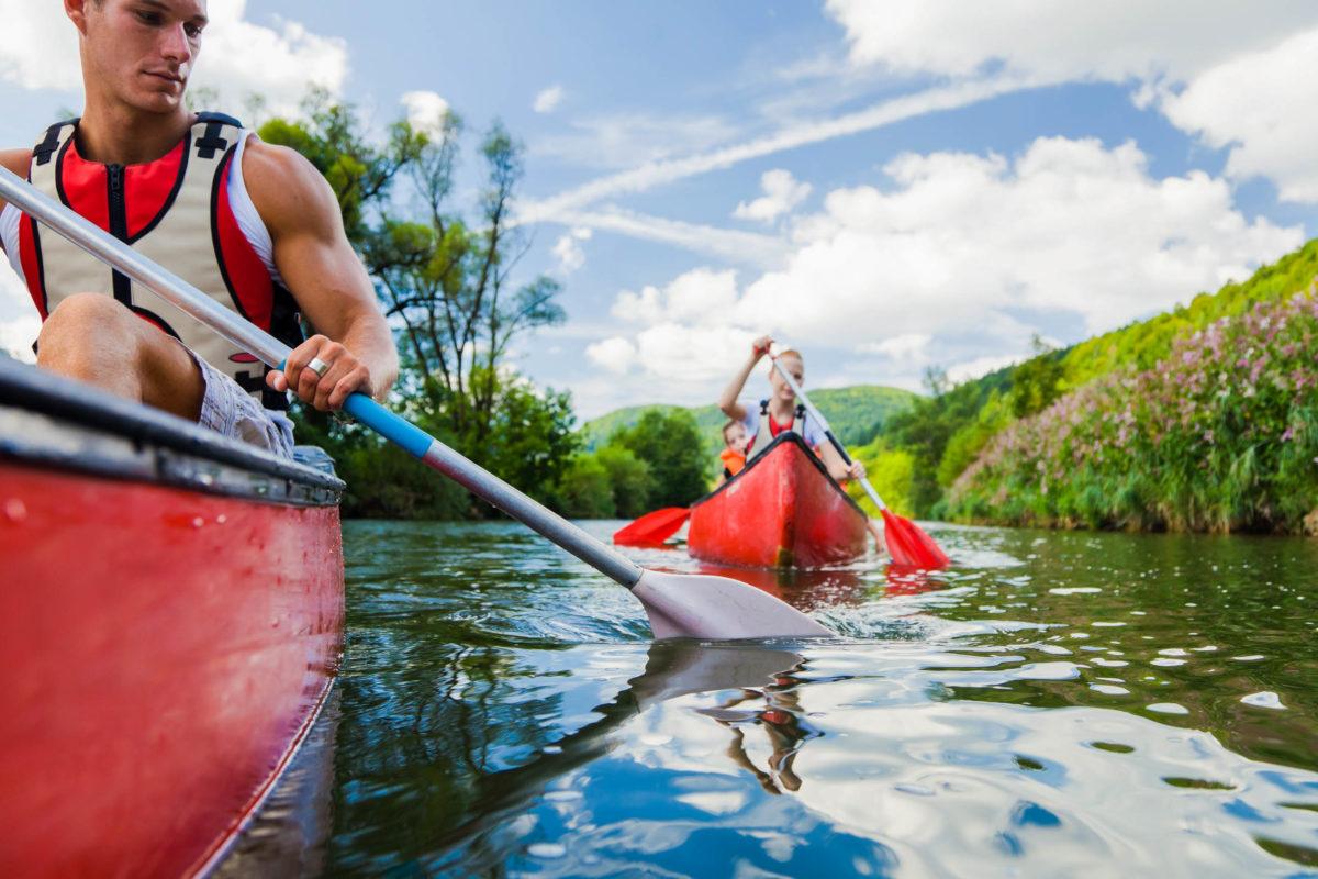 Beschaulicher als beim Rafting aber trotzdem mit viel Wasser, geht es bei Kayak- und Kanu-Touren zu - © nullplus / stock.adobe.com