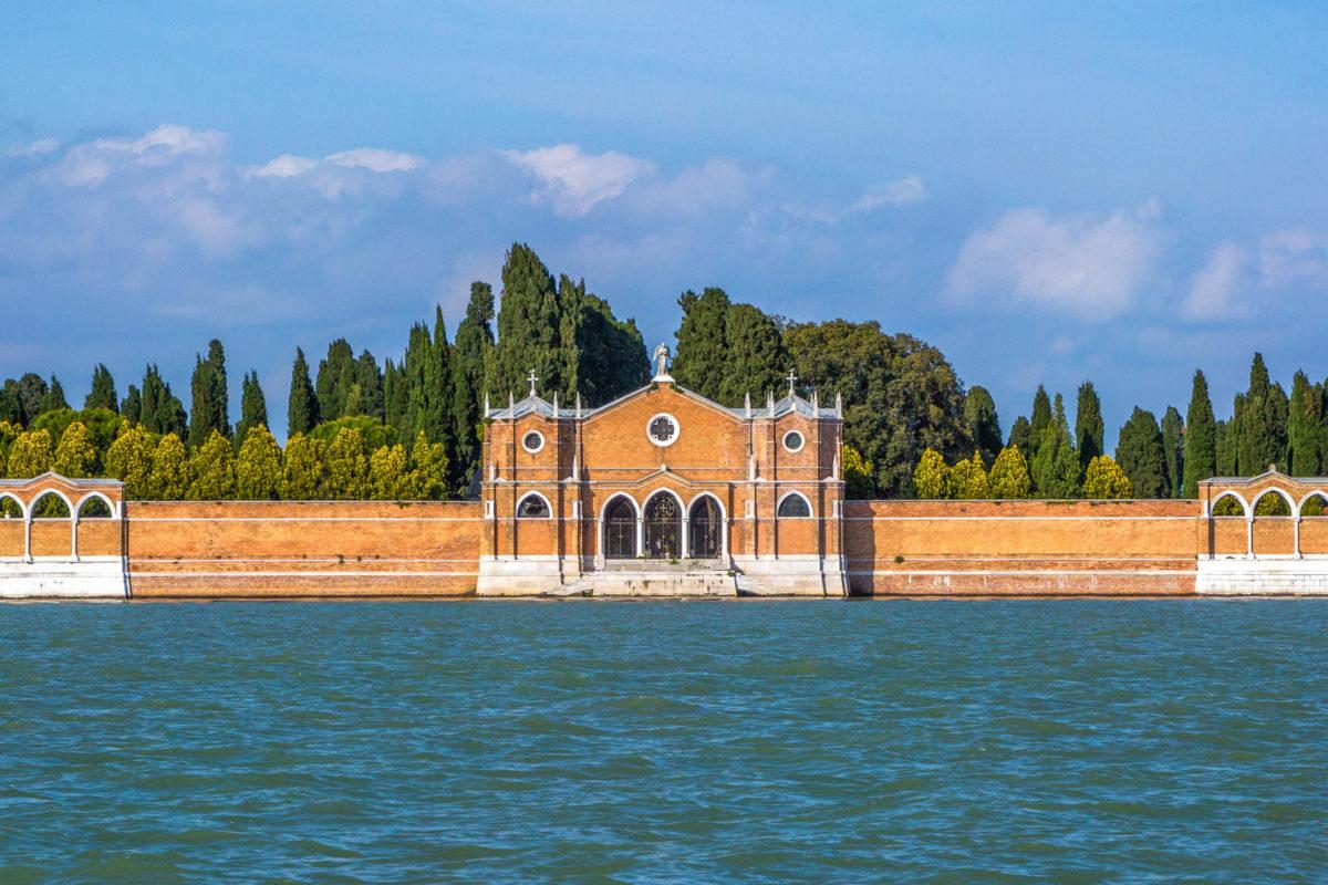 Auf der unbewohnten Insel San Michele befindet sich der offizielle Friedhof von Venedig, Italien - © Marilyn D. Lambertz / Shutterstock