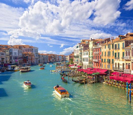 Der Canal Grande ist die größte und berühmteste Wasserstraße von Venedig, entlang seiner Ufer liegen rund 200 eindrucksvolle Adelspaläste und majestätische Kirchen, Italien - © Phant / Shutterstock