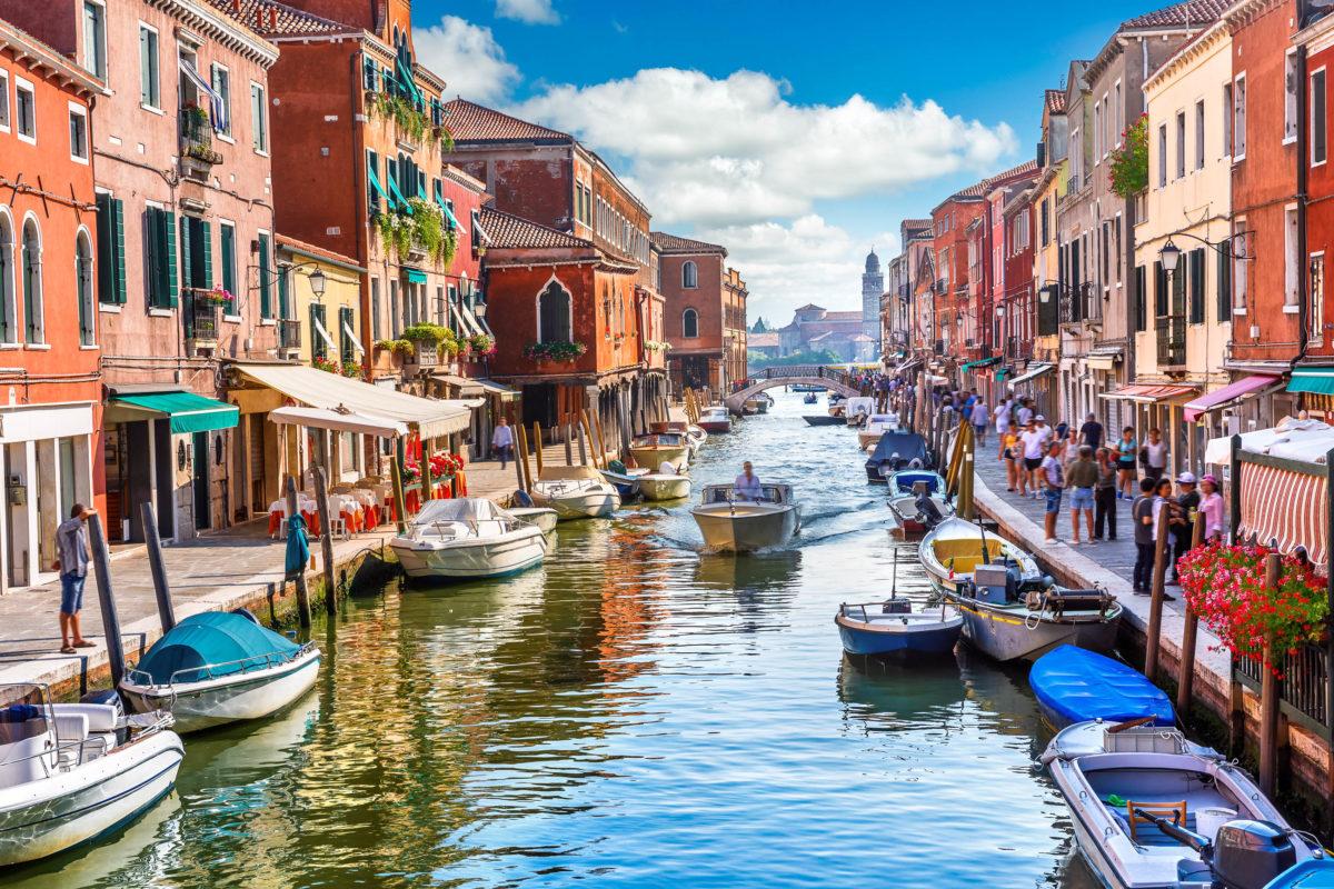 Die Insel Murano ist weltweit durch das begehrte Murano-Glas bekannt, die Vasen, Gläser und Schmuckstücke werden in alle Welt exportiert, Venedig, Italien - © Yasonya / Shutterstock