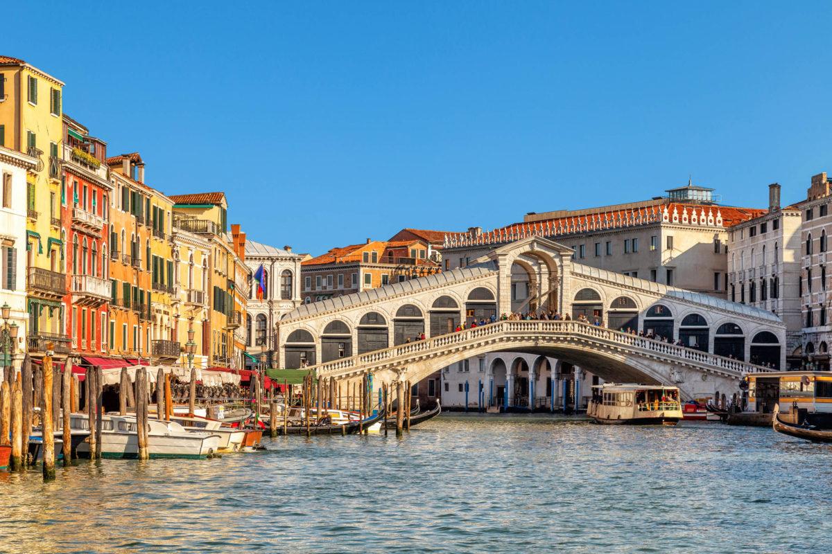 Die Rialto-Brücke, die älteste Brücke Venedigs, verbindet die beiden Stadtteile San Polo und San Marco, Italien - © Vaflya / Shutterstock
