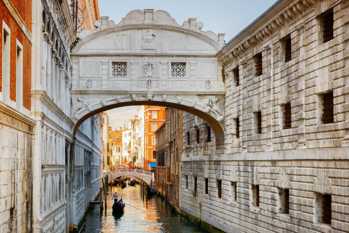 Die Seufzerbrücke führt vom Dogenpalast über den Rio die Palazzo direkt zu den damaligen Gefängnissen, Venedig, Italien - © Efired / Shutterstock