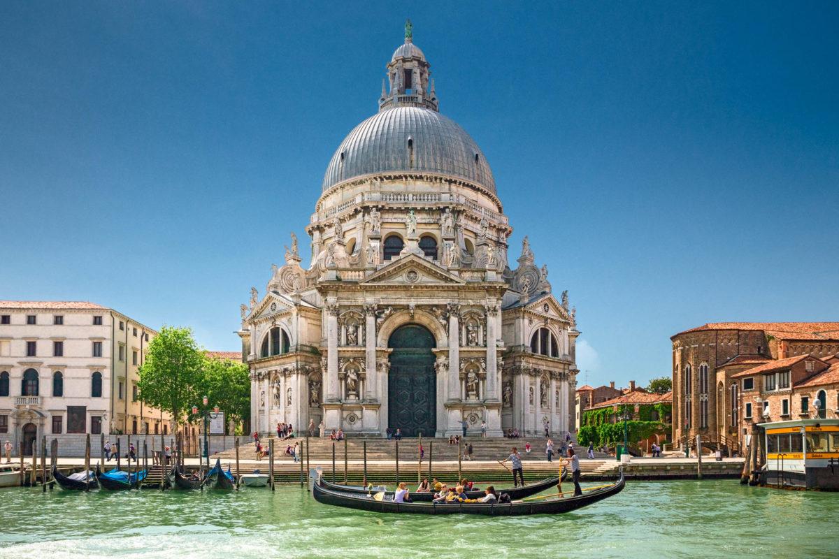 Direkt am Canal Grande liegt die barocke Santa Maria della Salute, eine der schönsten Kirchen von Venedig, Italien - © sbellott / Shutterstock