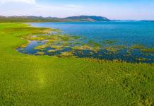 Der Vrana See in Mitteldalmatien verläuft in einer 14km langen Karst-Doline parallel zur kroatischen Küste - © goran_safarek / Shutterstock