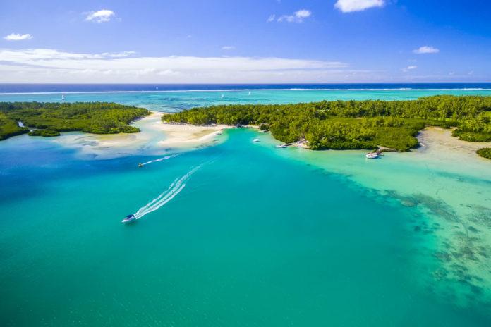 Die idyllische Île aux Cerfs im Osten von Mauritius lockt mit schneeweißen Traumstränden - © Quality Master / Shutterstock