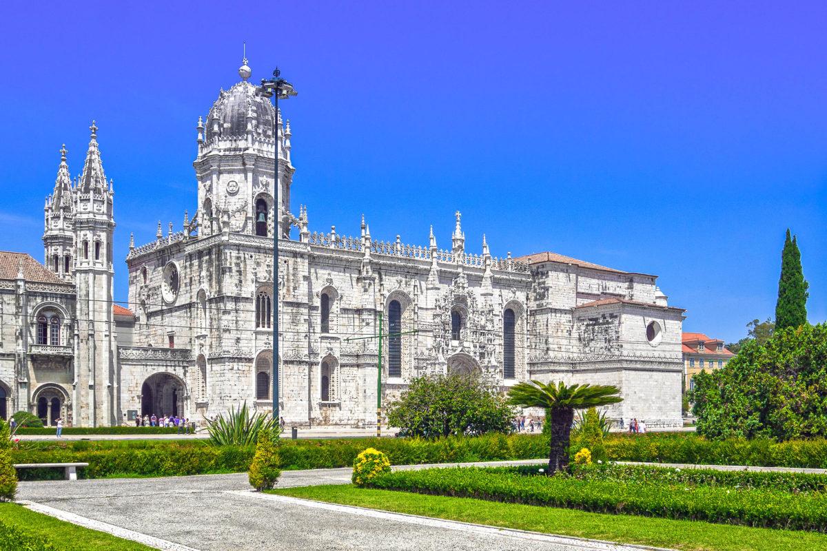 Die typisch portugiesische Architektur am Mosteiro dos Jerónimos in Lissabon, Portugal vereint Elemente der Spätgotik und Renaissance miteinander - © Sergey Kelin / Shutterstock