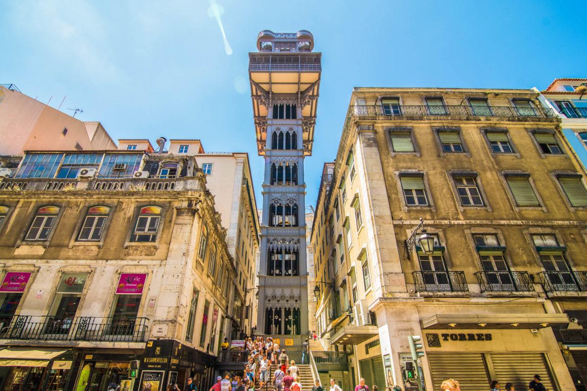 Der Elevador de Santa Justa wird in Lissabon als öffentliches Verkehrsmittel genutzt und verbindet die beiden Stadtteile Baixa und Chiado, Portugal - © F8 studio / Shutterstock