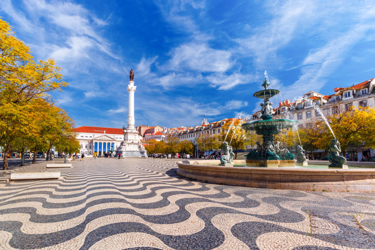 Der Rossio Platz gilt seit dem Mittelalter als Herz von Lissabon, denn hier fanden seit jeher Festivitäten, Revolutionen, Hinrichtungen und sogar Stierkämpfe statt, Portugal - © kavalenkava / Shutterstock