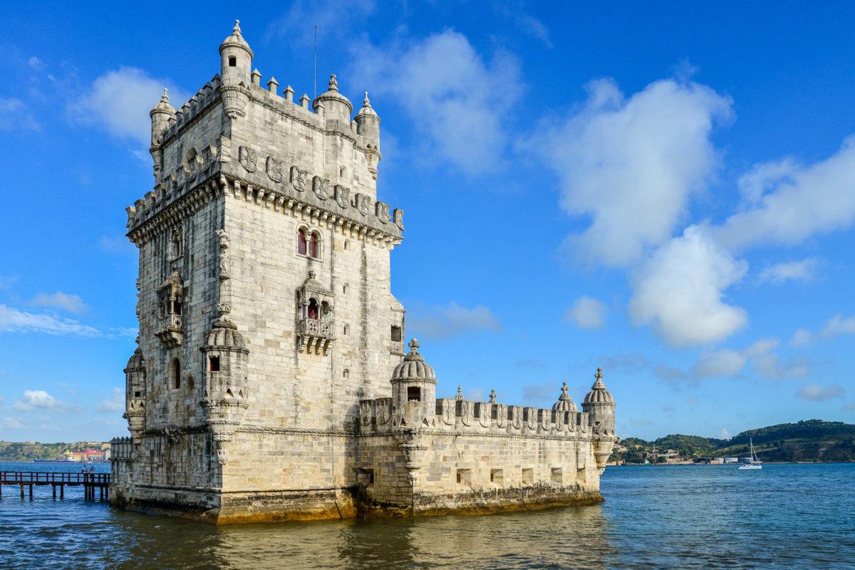 Der Torre de Belem in Lissabon zählt zum Weltkulturerbe der UNESCO und kann entweder per Boot oder über eine Brücke vom Land aus besichtigt werden, Portugal - © mama_mia / Shutterstock