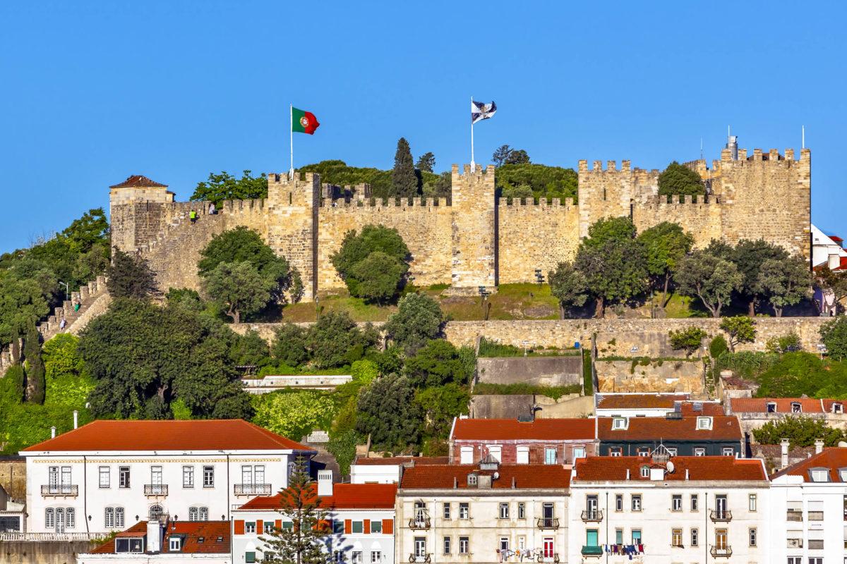 Die Festung Castelo de São Jorge eignet sich perfekt als Ausgangspunkt für eine Tour durch die Altstadt von Lissabon, Portugal - © Bill Perry / Shutterstock