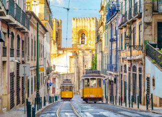 Die leuchtend gelben Waggons der Straßenbahnen stellen ein unverkennbares Wahrzeichen von Lissabon dar, Portugal - © Sean Hsu / Shutterstock