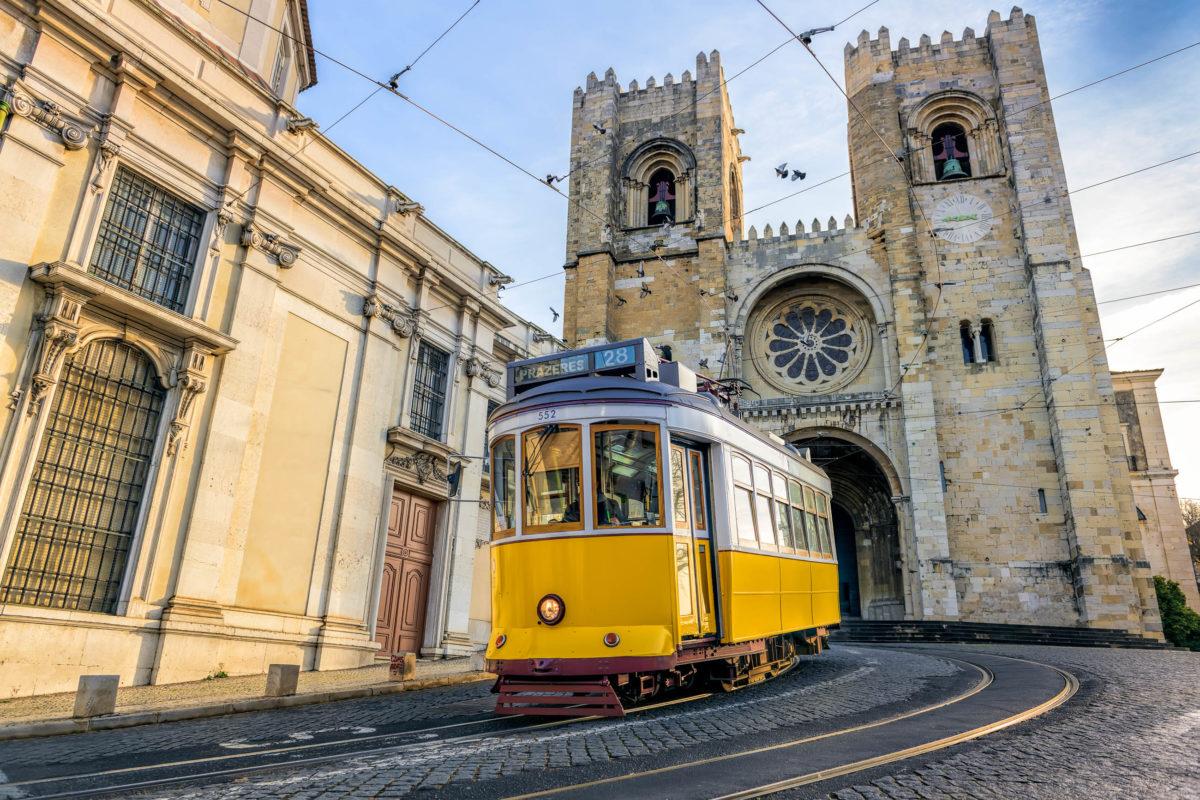 Eine Fahrt mit der Linie 28 in Lissabon dauert von Anfang bis Ende rund 40 Minuten und eignet sich ideal als Sightseeing-Tour, Portugal - © Kraft_Stoff / Shutterstock
