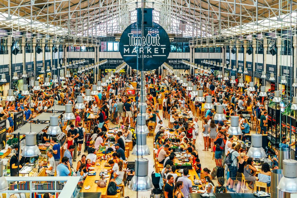 Im Time-Out-Market / Mercado da Ribeira in Lissabon dreht sich alles ums Essen, über 30 Restaurants befinden sich hier unter einem Dach, Portugal - © Radu Bercan / Shutterstock