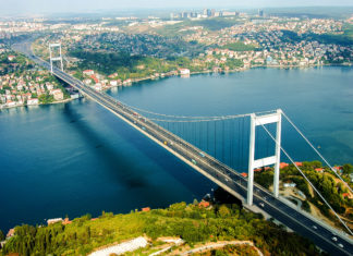 Der Bosporus ist die Grenze zwischen Europa und Asien, durchtrennt Istanbul in der Mitte und macht die Metropole damit zur weltweiten einzigen Stadt auf zwei Kontinenten, Türkei - © CEM AYDIN / Shutterstock