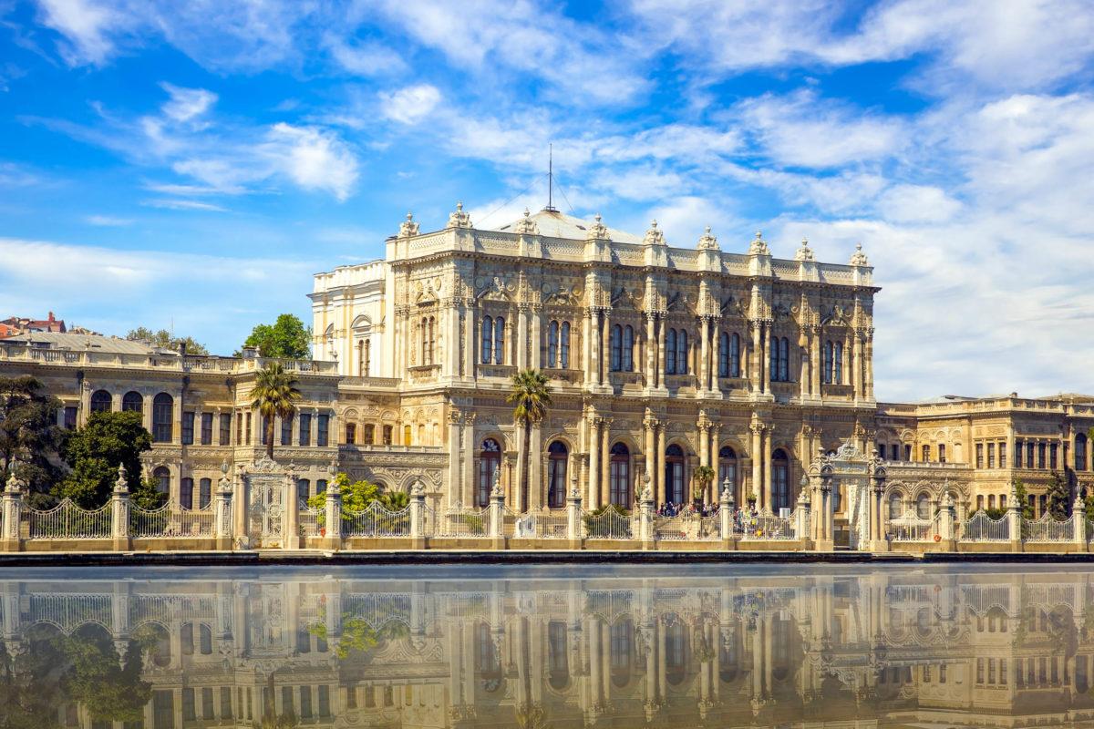 Der Dolmabahçe Palast wurde von 1843 bis 1856 anstatt des Topkapi-Palastes als neue Residenz für die Sultane errichtet, Istanbul, Türkei - © muratart / Shutterstock