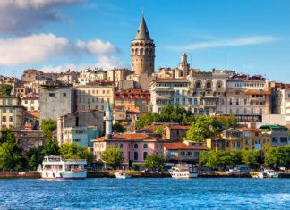 Der Galataturm wurde einst  von den Genuesen als Teil ihrer Stadtbefestigung errichtet und ist einer der schönsten Aussichtspunkte über Istanbul, Türkei - © Artur Bogacki / Shutterstock