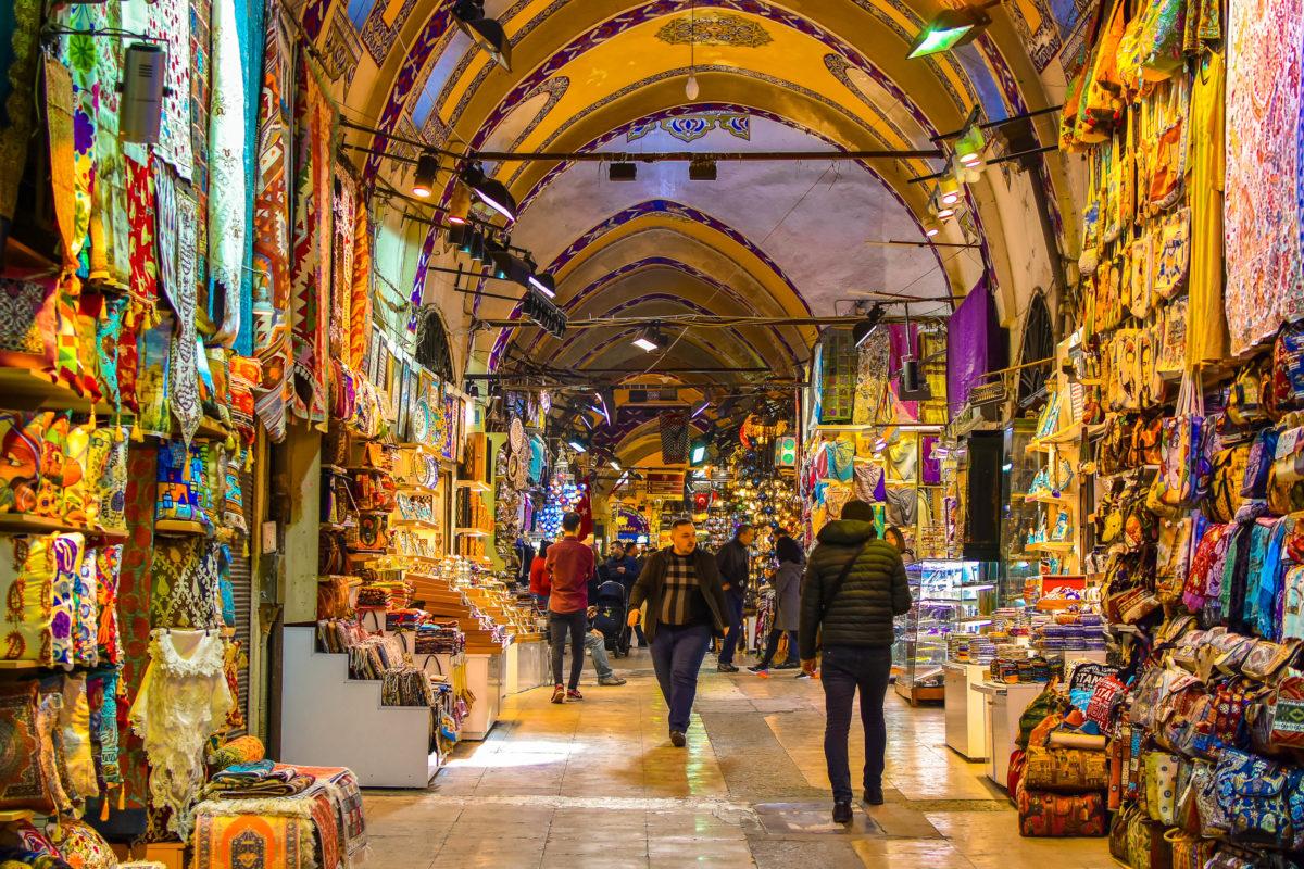 Der Große Basar in Istanbul mit rund 4.000 Läden ist der Inbegriff eines türkischen Marktplatzes und wird jeden Tag von bis zu 500.000 Menschen durchstreift, Türkei - © Tekkol / Shutterstock