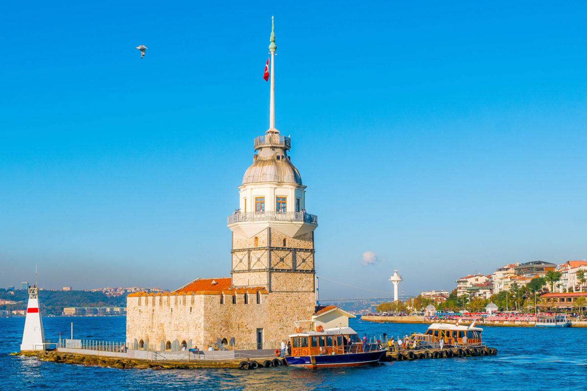 Der Leander-Turm (Mädchenturm) diente als Leuchtturm, als Quarantäne- und Zollstation sowie als Alterswohnsitz für Marine-Offiziere und gehört zu den Wahrzeichen von Istanbul, Türkei - © Ahmed Adly / Shutterstock