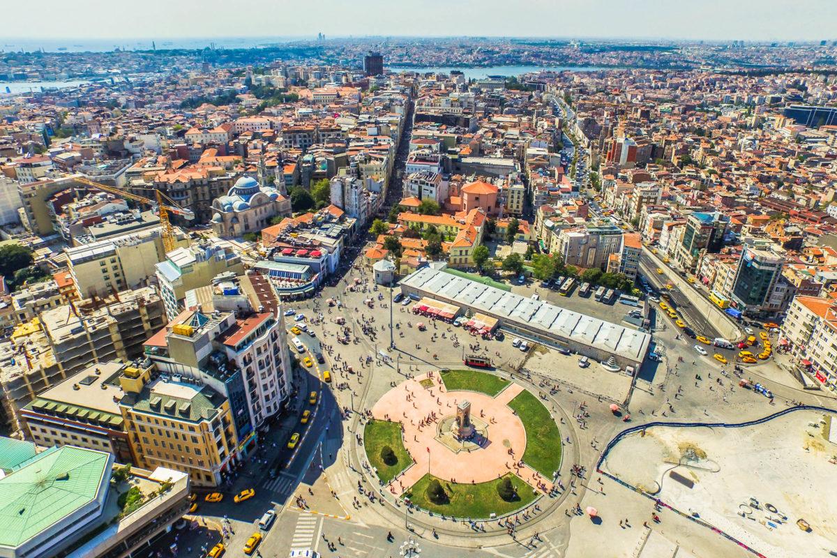 Der Taksim Platz ist ein Hauptverkehrsknotenpunkt Istanbuls, von dem aus mehrere Straßen und Linien des öffentlichen Verkehrs in alle vier Himmelsrichtungen durch die Millionenstadt führen, Türkei - © IV. andromeda / Shutterstock