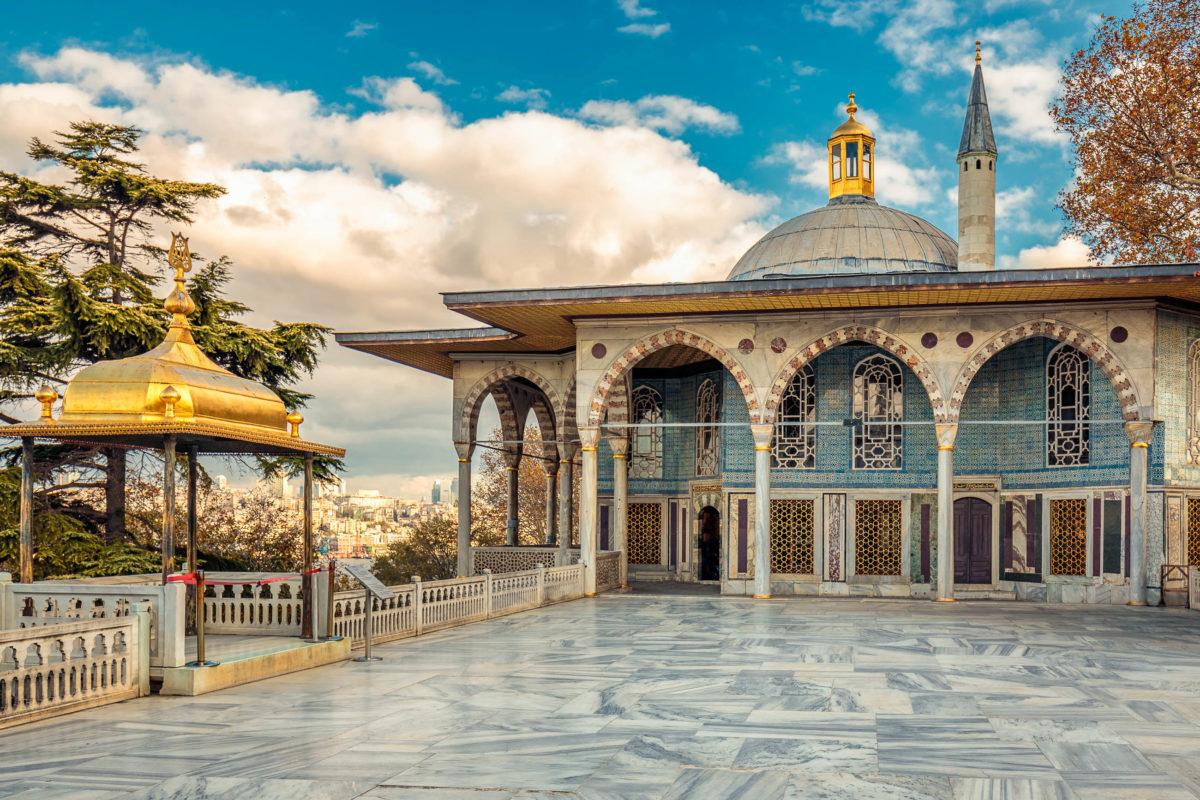 Der Topkapi-Palast in Istanbul war mehrere Jahrhunderte lang Sitz der Sultane, die über das Osmanische Reich herrschten, Türkei - © Ruslan Kalnitsky / Shutterstock