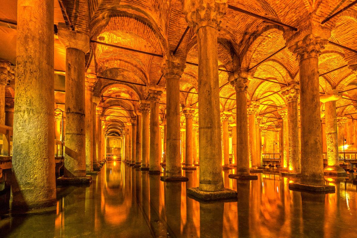 Der Yerebatan Sarayi (versunkener Palast) ist eine Zisterne, die im 6. Jahrhundert für den Palast von Kaiser Justinian errichtet wurde, Istanbul, Türkei - © Luciano Mortula - LGM / Shutterstock