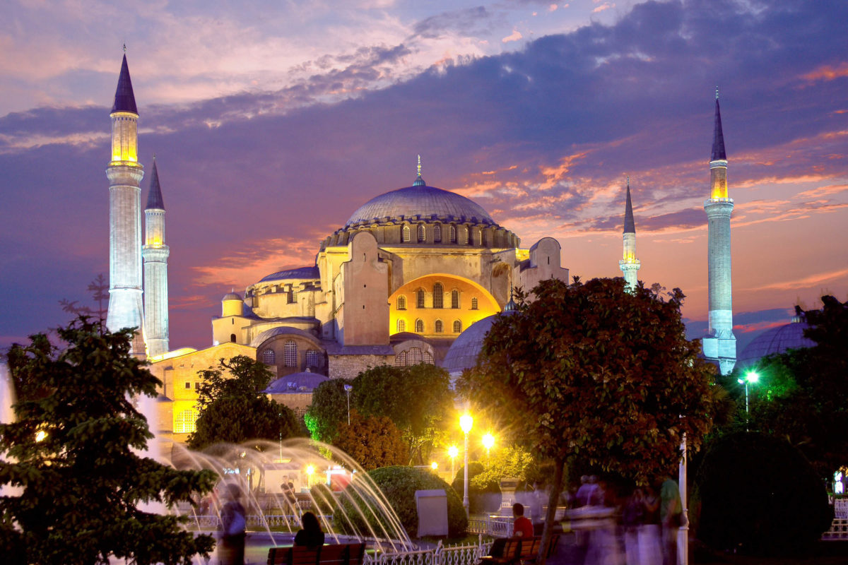 Im Jahr 1453 eroberte Sultan Mehmed II. Konstantinopel und ließ seine Soldaten drei Tage lang plündern - die Sophienkirche wurde zur muslimischen Hagia Sophia, Türkei - © Maksym Gorpenyuk / Shutterstock