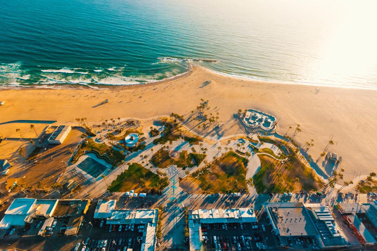 Der 5 Kilometer lange Venice Beach ist ein beliebter Treffpunkte für Touristen und Einheimische, Los Angeles, USA - © TierneyMJ / Shutterstock