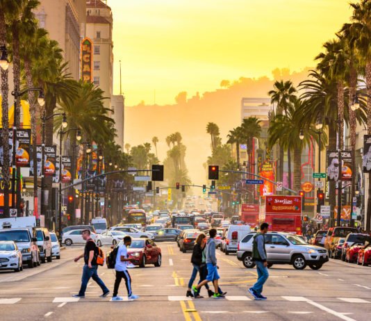 Der Hollywood Boulevard ist die Hauptschlagader von Los Angeles, hier liegt auch das Kodak Theater, in dem einmal pro Jahr die Oscar-Verleihung stattfindet, USA - © Sean Pavone / Shutterstock
