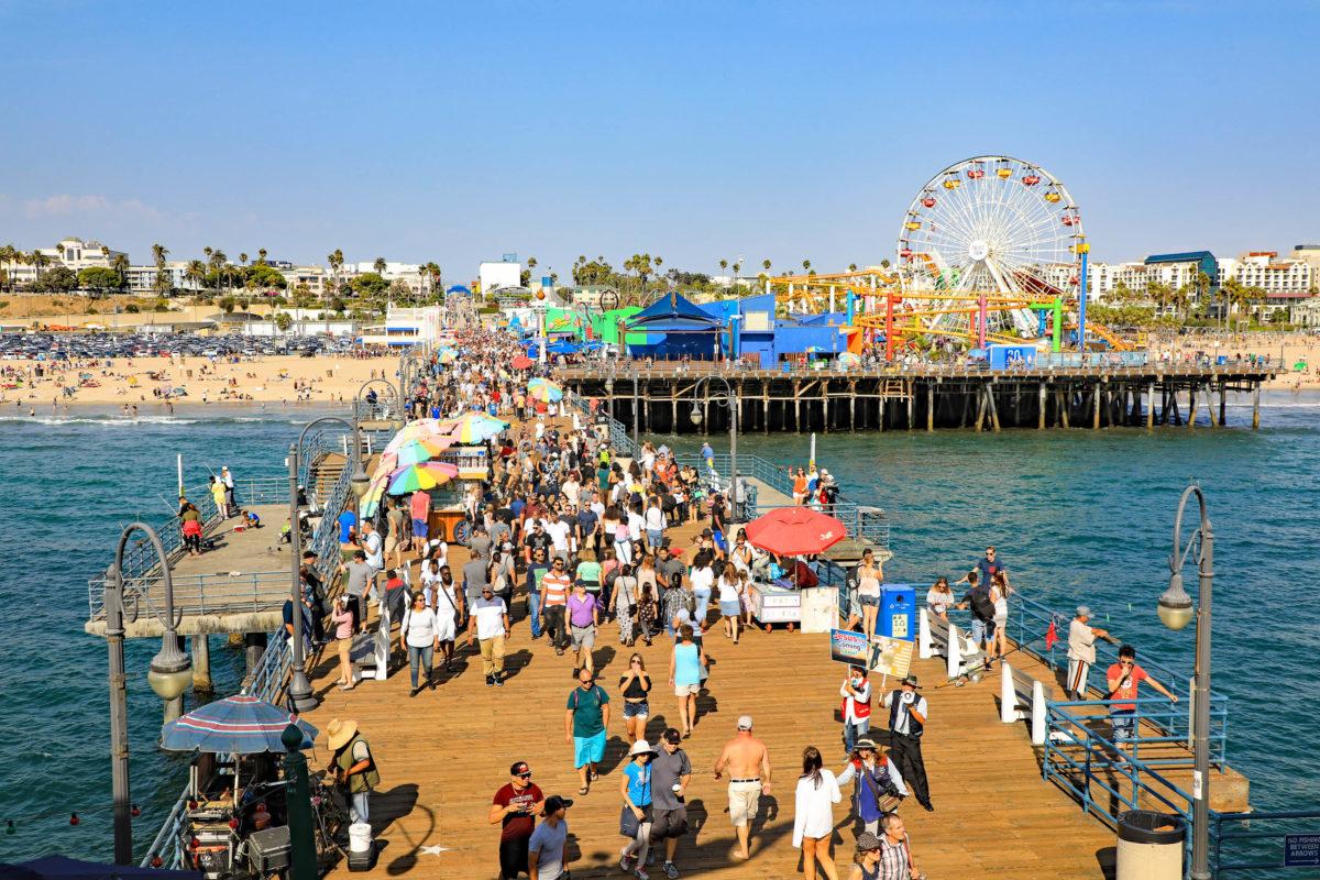 Der Santa Monica Beach ist der perfekte Ort um in Los Angeles einen Tag zu relaxen und einen imposanten Sonnenuntergang zu erleben, USA - © Thomas Barrat / Shutterstock