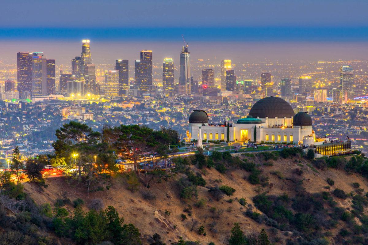 """Eine Sehenswürdigkeit in den Hollywood Hills ist das Art-Deco-Observatorium """"Griffith Observatory"""" im gleichnamigen Naturschutz-Park rund 350 Meter über Los Angeles, USA - © / Shutterstock"""