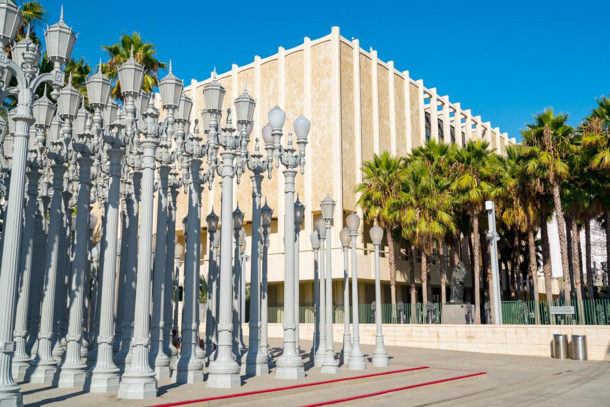 Im wunderschönen Hancock Park am Wilshire Boulevard liegt das Los Angeles County Museum of Art (kurz LACMA genannt), USA - © Darren Tierney / Shutterstock