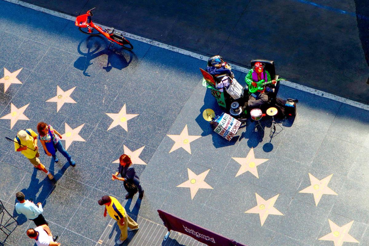 Über 15 Häuserblocks erstreckt sich der Walk of Fame am Hollywood Boulevard in Los Angeles, USA - © Walter Cicchetti / Shutterstock