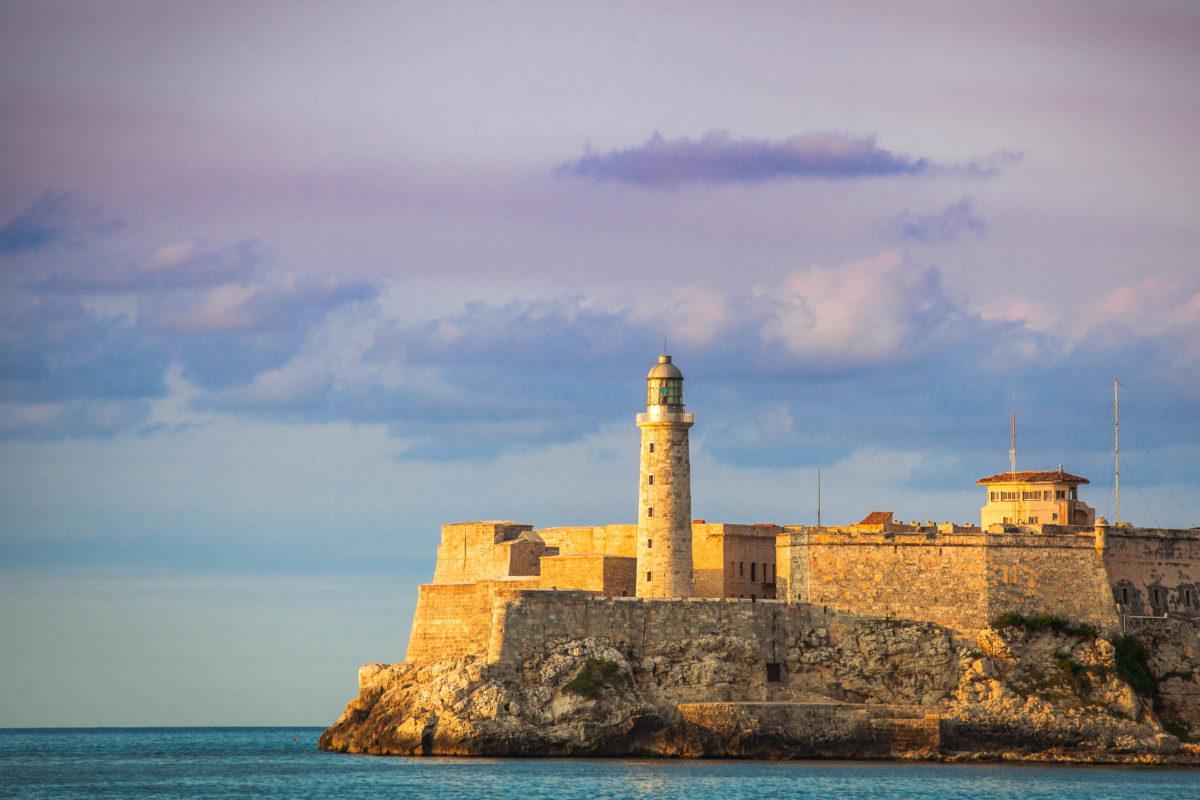 "Das Castillo de los Tres Reyes del Morro auf dem Felsen ""El Morro"" bewacht den Eingang zur Bucht, Kuba - © Maurizio De Mattei / Shutterstock"