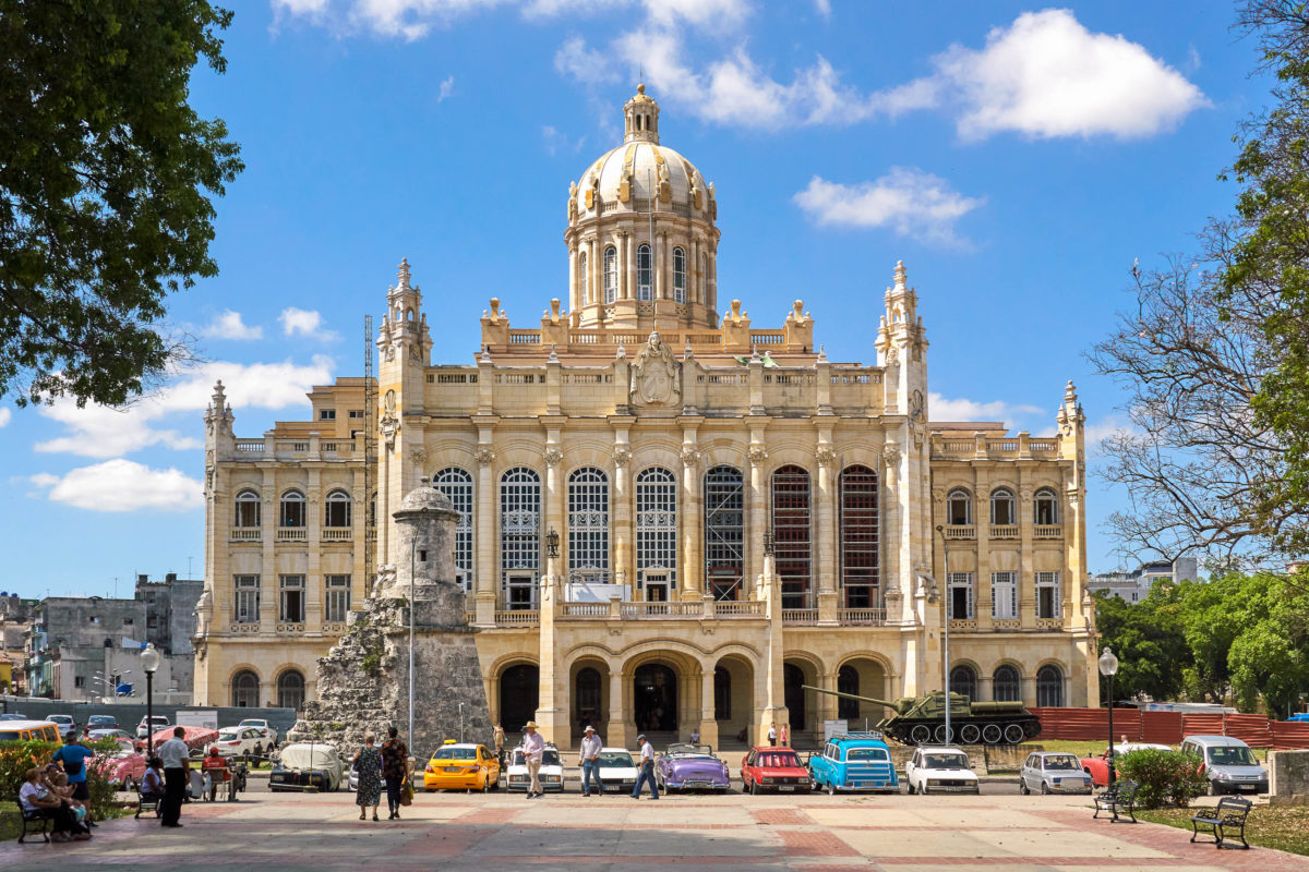Das Revolutionsmuseum im einstigen Präsidentenpalast beherbergt die größte und wohl auch interessanteste Ausstellung von Havanna, Kuba - © dennizn / Shutterstock