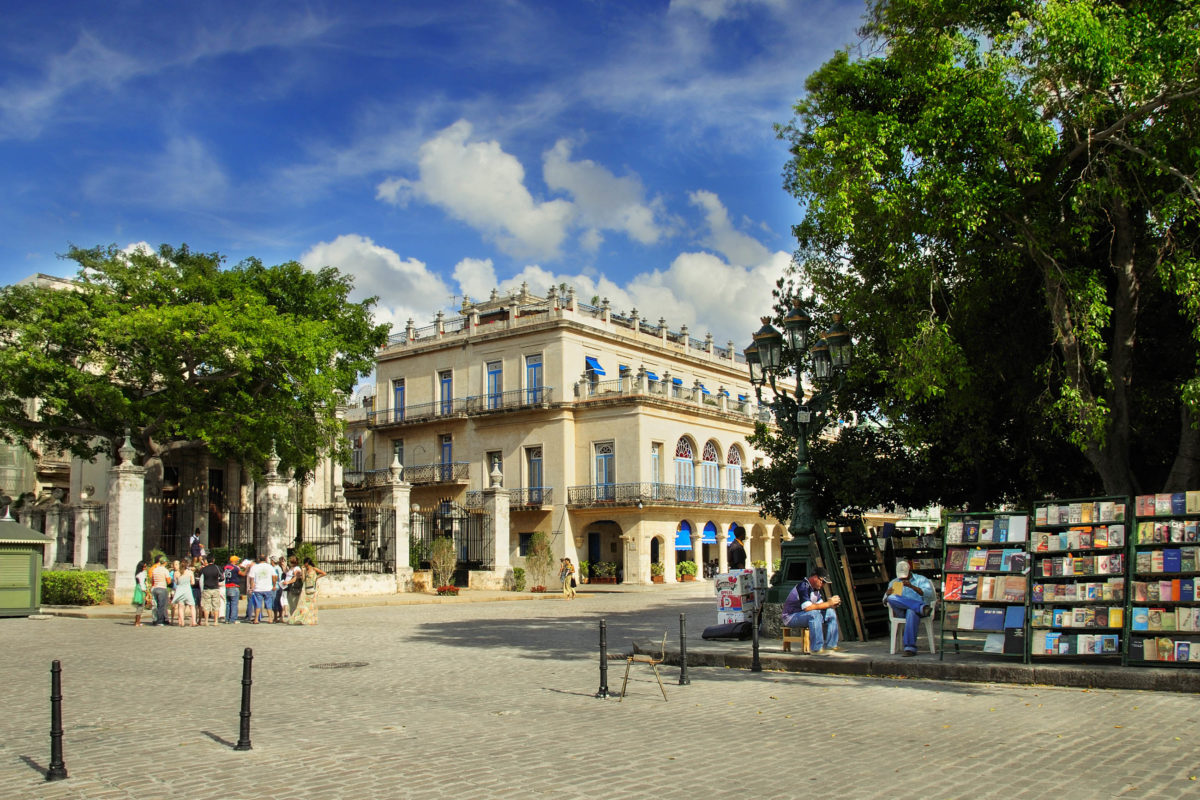 Der Plaza de Armas ist der älteste Platz Havannas und bester Ausgangspunkt für Sightseeing in der Altstadt, Kuba - © Roxana Gonzalez / Shutterstock