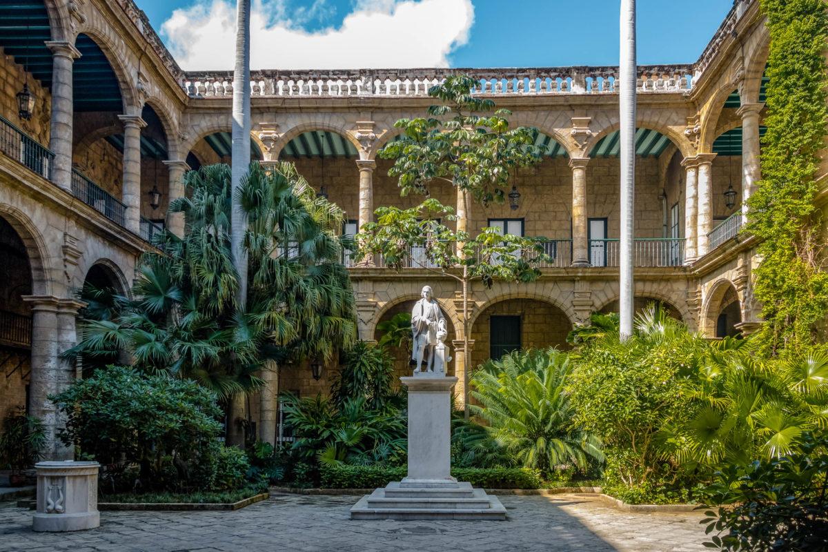 Innenhof des Palacio de los Capitanes Generales (Gouverneurspalast) und Stadtmuseum auf der Plaza de Armas - Havanna, Kuba - © Diego Grandi / Shutterstock