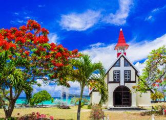 Das Cap Malheureux im Norden von Mauritius kann mit einem Postkartenmotiv aufwarten: Die kleine Kirche Chapelle Notre-Dame-Auxiliatrice - © leoks / Shutterstock