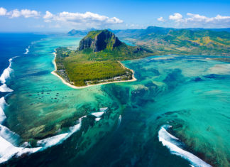 Der Le Morne Brabant im Südwesten der Insel ragt 556 Meter in den Himmel und gilt als Postkartenmotiv von Mauritius - © Myroslava Bozhko / Shutterstock